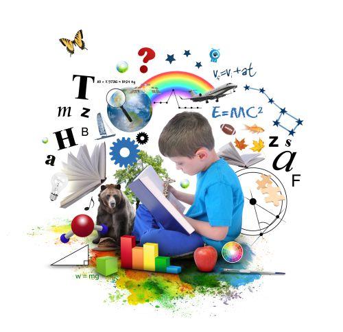 Chłopiec czyta książkę - wokół niego pojawiają się liczby, litery i przedmioty