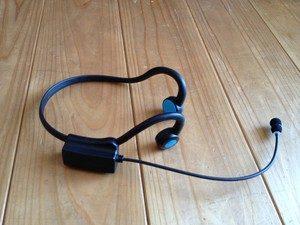 Zestaw słuchawkowy leży na podłodze.