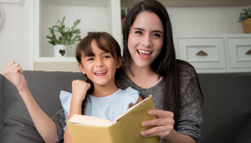 mama uczy czytać córkę