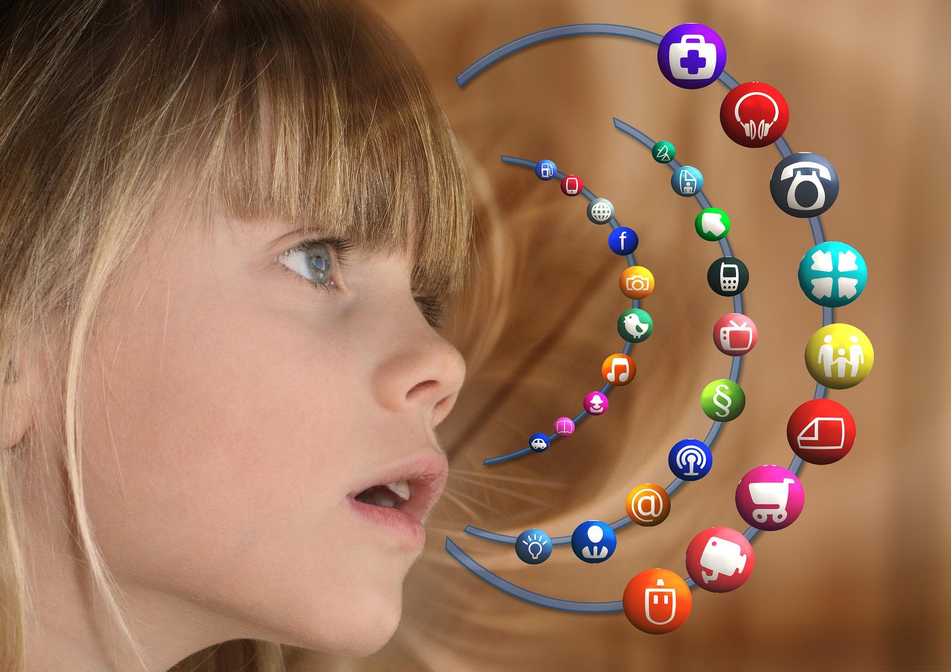 Dziewczynka ma otwarte usta, a wokół niej widać ikony aplikacji internetowych.