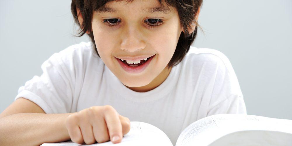 chłopiec książka palec
